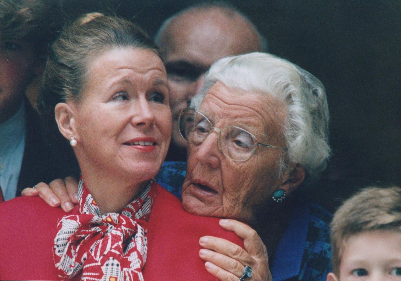 Prinses Christina en prinses Juliana volgen vanuit het Kabinet van de Koningin aan de Korte Vijverberg de rijtoer van de Gouden Koets in 1994.