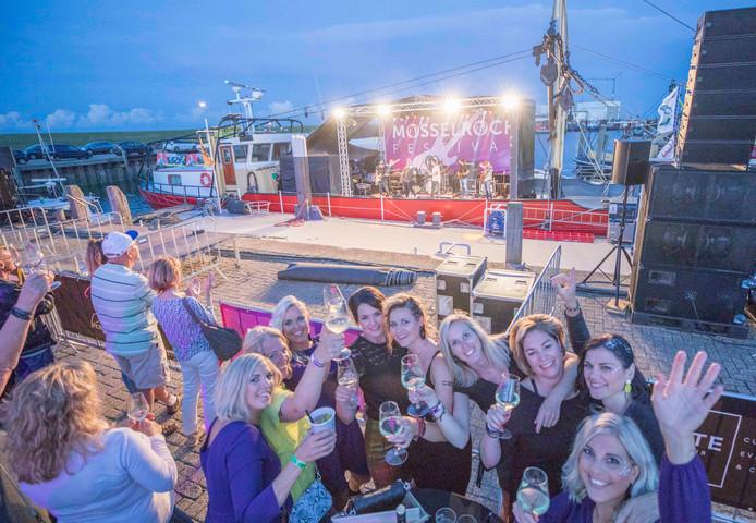 Het publiek vermaakt zich opperbest tijdens het optreden van Almost Famous uit Volendam op de tot podium omgebouwde mosselkotter