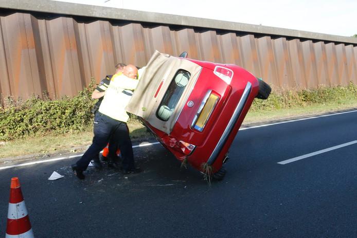 Auto op zijn kant bij ongeluk op N2 Veldhoven