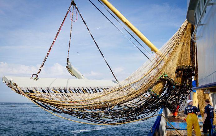 Vissers hangen hun netten in Scheveningen.