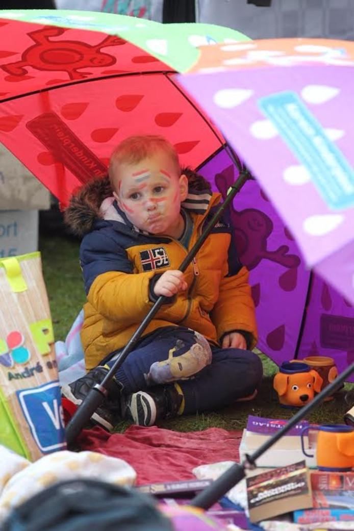 'Onder moeders paraplu' tijdens Koningsdag in Veldhoven.
