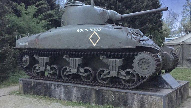 Een tank buiten het museum. Beeld
