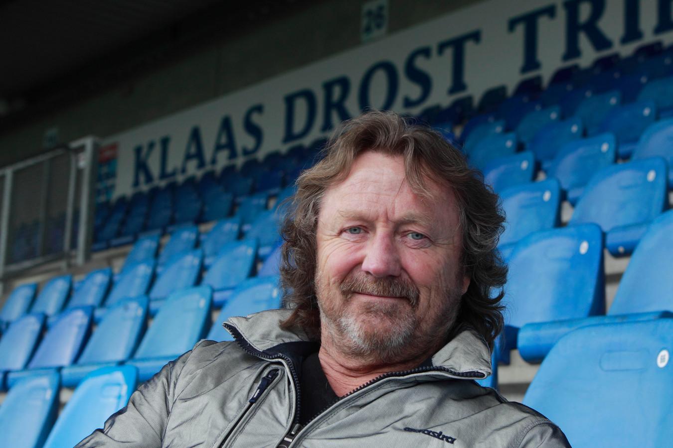Klaas Drost op de tribune die naar hem is vernoemd.