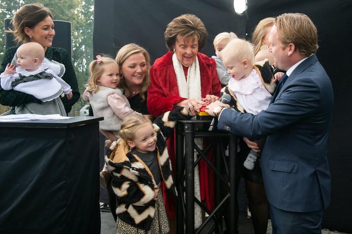 Toos van der Valk opent met 4 generaties familie het kunstwerk.