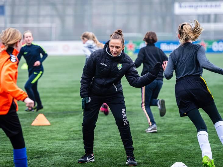 ADO-trainer Sjaak Polak traint Alphense schoolmeiden: 'Vrouwen klagen minder'
