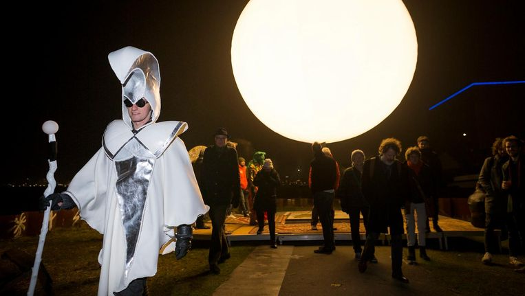 In passende outfit gidst lichtkunstenaar Caspar Noyons bezoekers door 'het zonnestelsel' Beeld Rink Hof