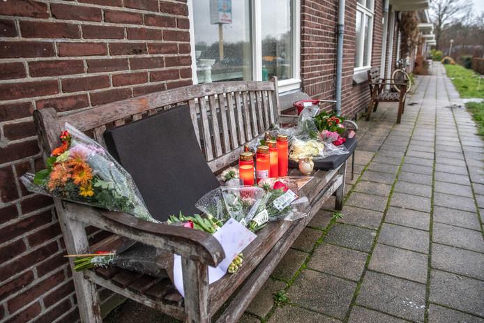 Bij de woning van Henk Wolters werd een gedenkplek ingericht na de brute moord op oudejaarsavond.