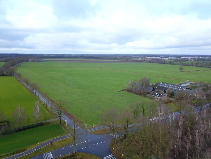 Een blik vanuit de lucht op het gebied tussen de Masterveldweg en de Duitse grens, waar het zonnepark moet komen.