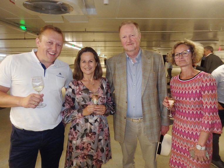Maarten de Jong (Max Bögl) en opdrachtgever Justine Ros, voormalige projectleider Jan Stolk en huidige projectleider Marise Ent van de gemeente Amsterdam Beeld Schuim