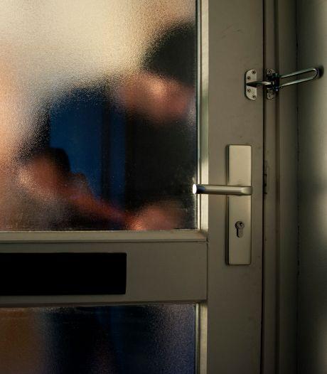 Lexmondse hoort bij thuiskomst inbrekers praten en vlucht haar woning uit