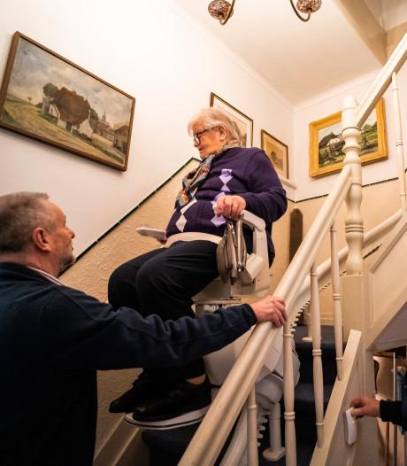 Dora Jansen (89) kan dankzij traplift in stadsmuseum eindelijk kijken naar foto's van evacuatie Huissen