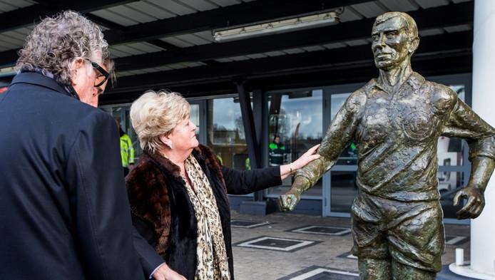 Weduwe Adrie Moulijn (midden), vorig jaar samen met Gerard Meijer bij het standbeeld van Coen Moulijn.