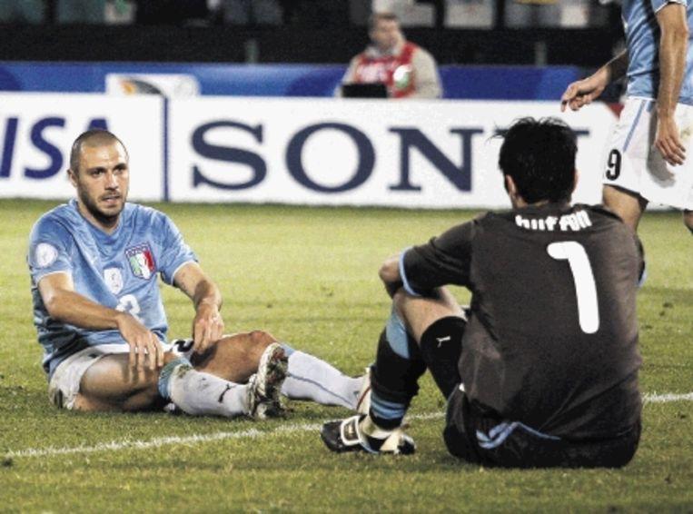De Italiaan Dossena (links) kijkt na zijn eigen doelpunt vol ongeloof naar keeper Buffon. (FOTO EPA) Beeld