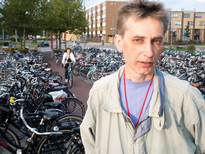 Rudy van Vliet van de Fietsersbond bij de fietsenstalling aan de zuidzijde van het station in Alphen aan den Rijn. FOTO MARTIN SHARROTT