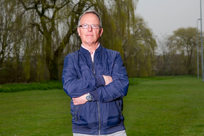 Toen Aad van Driel na 45 jaar dienstverband met pensioen ging, mocht hij voor vijftig euro gebakjes laten komen. Er kwamen zeven collega's.