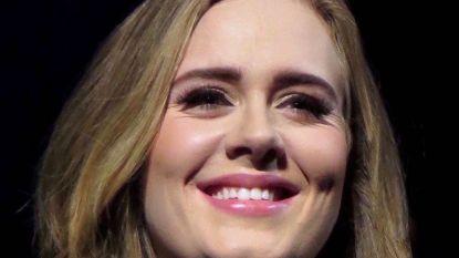 Adele voltrekt huwelijk van haar beste vriendin (en steelt alweer de show)