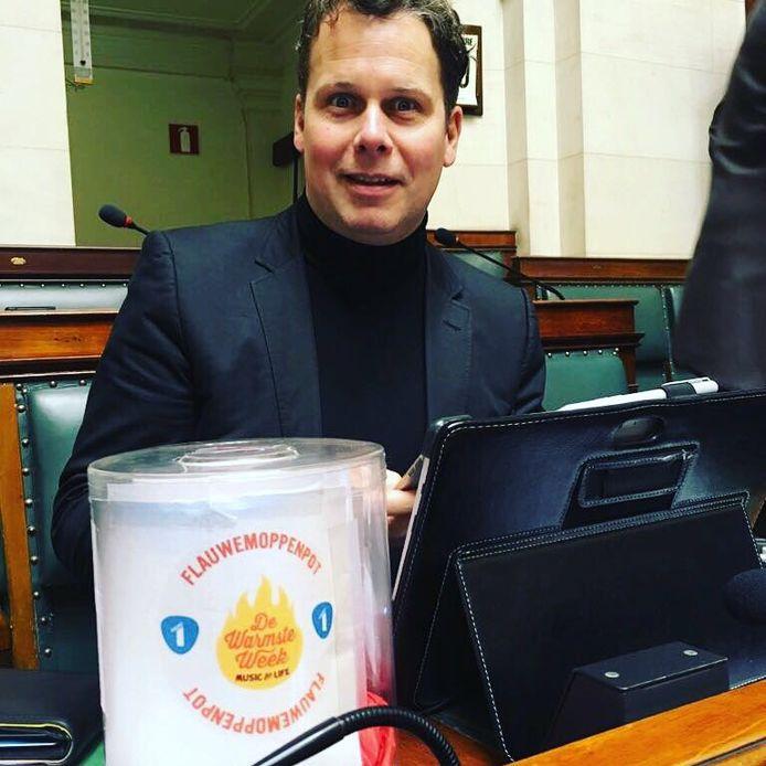 CD&V-Kamerlid Raf Terwingen introduceerde de flauwemoppenpot in het parlement.