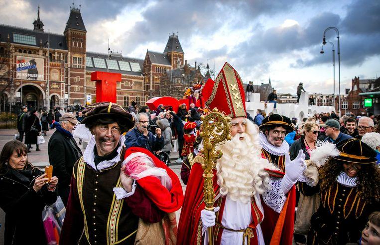 Vorige week kwamen Sinterklaas en zijn Pieten aan op het plein om te  schaatsen op de ijsbaan.