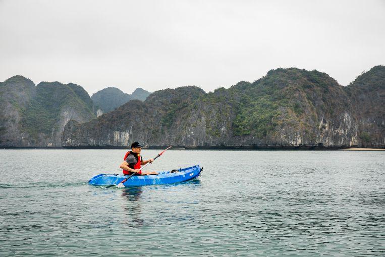 Uitzicht op de rosten en stille wateren van het niet zo toeristisch gedeelte in Lan Ha Bay tijdens de kayaktocht. Beeld Marie Wanders