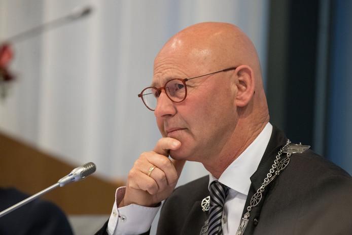 Burgemeester Bort Koelewijn van Kampen tijdens een vergadering van de gemeenteraad.