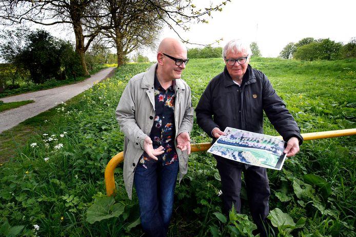 Johannes Camp en Bert van 't Land op de plek waar de open kathedraal moet komen.