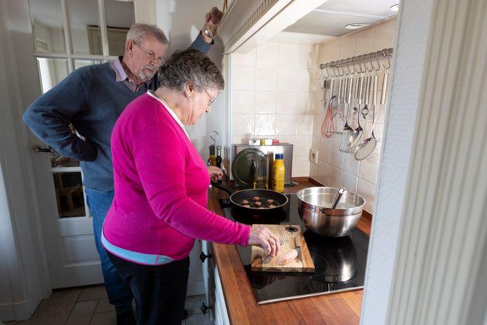 Ruud en Addy Venema uit Eefde bakken op kerstavond traditiegetrouw pannenkoeken met worst.