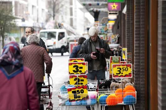 Winkelcentrum Leyweg telt veel goedkope, outlet-achtige winkels.