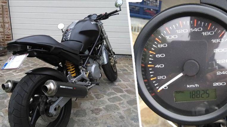 """Tom verkoopt zijn Ducati uit 2004 - met 18.800 kilometer op de teller, of zoals hij zelf zegt: """"Mijn laatste beetje mannelijkheid""""."""