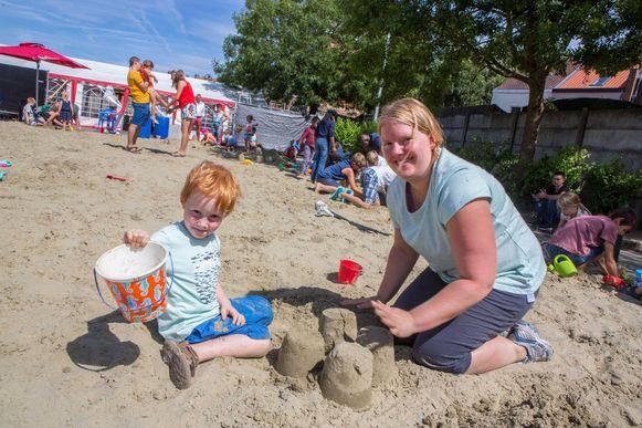 Kobe Tordeur kwam zondagnamiddag met mama Riet Deridder zandkastelen bouwen.