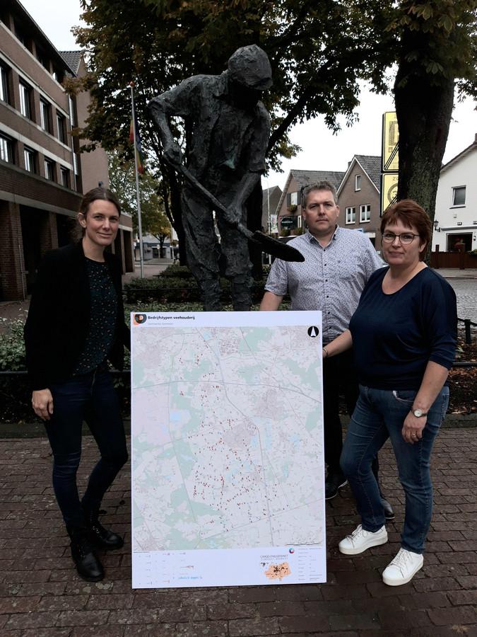 Vlnr: Anke de Brouwer, Twan Engelen en Henriette Driessen-van de Mortel van de ZLTO met de kaart van stoppende veehouders in Someren.