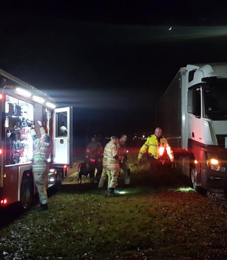 Vrachtwagen met lekkende brandstoftank strandt op Bunschoterstraat
