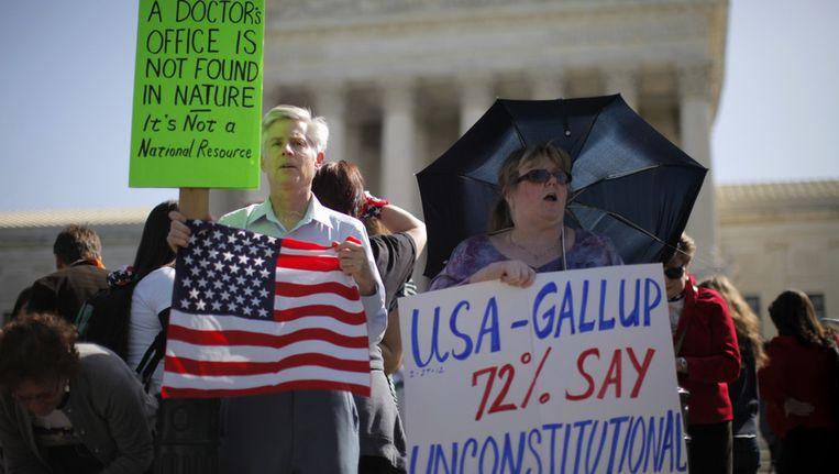 Amerikanen demonstreren tegen de zorgwet van Obama voor het hooggerechtshof. Beeld ap