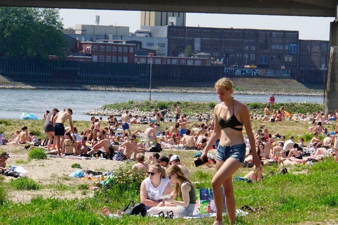 Een vol strand in Nijmegen.