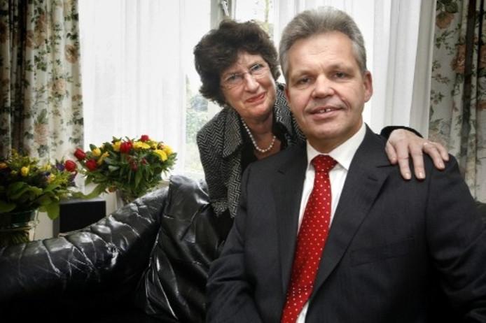 De nieuwe burgemeester van Voorst, Jos Penninx met zijn echtgenote. Overmorgen wordt de PvdA-er geïnstalleerd in zijn nieuwe functie. Foto COR DE KOCK