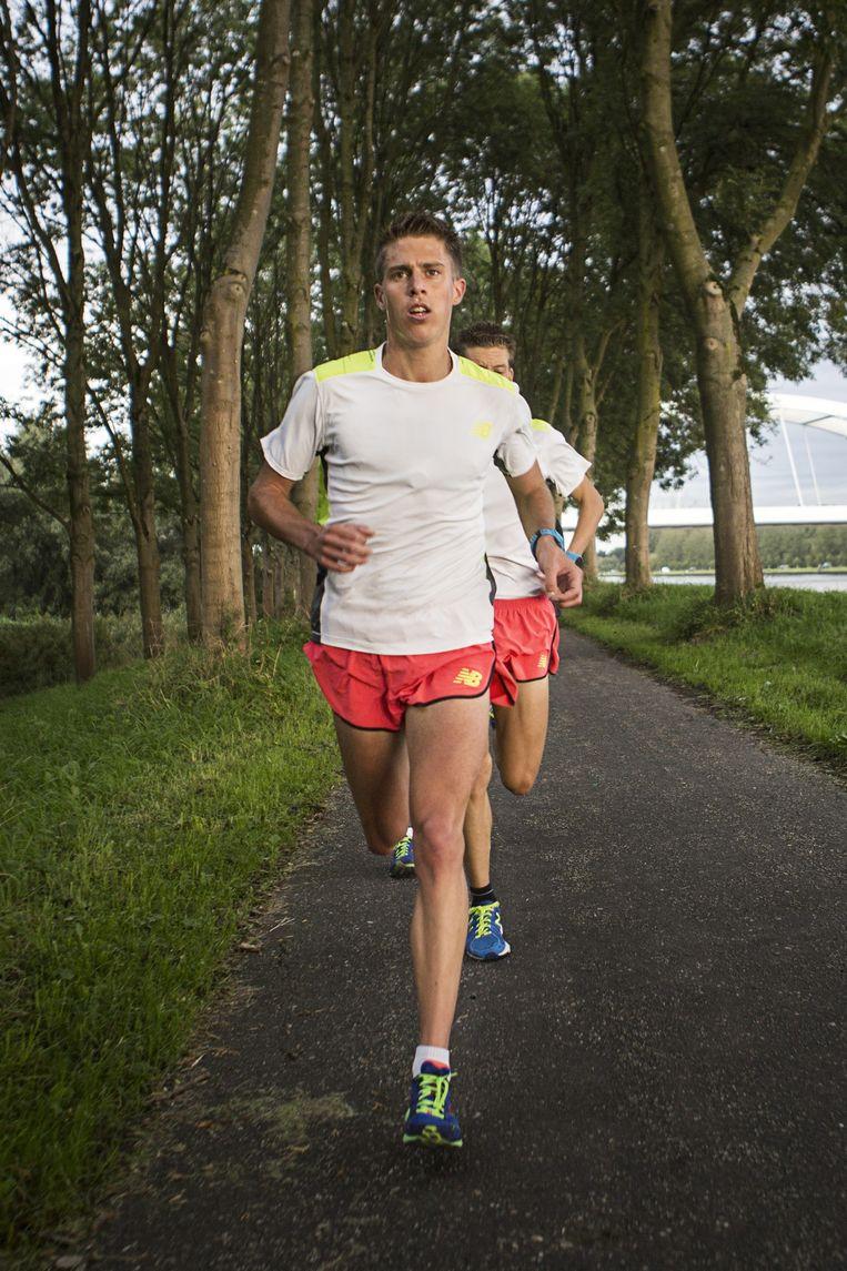 Michel Butter tijdens het trainen, net voordat hij deelneemt aan de Dam tot Damloop. Beeld Julius Schrank/ de Volkskrant