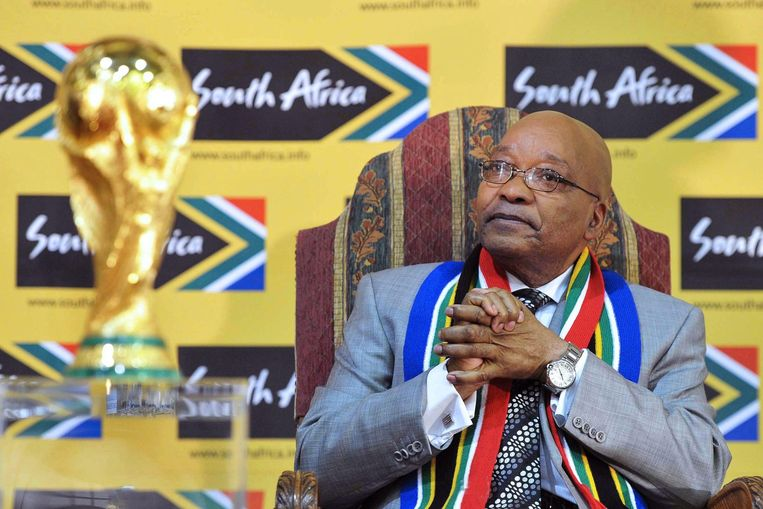 Jacob Zuma, president van Zuid-Afrika, met de wereldbeker Beeld anp