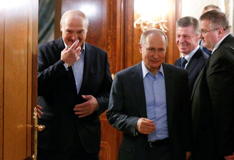 De Belarussische president Aleksandr Loekasjenko (links) en zijn Russische ambtsgenoot Vladimir Poetin tijdens een ontmoeting in februari van dit jaar in de Russische badplaats Sotsji. Beeld Xander Zemlianichenko / Reuters