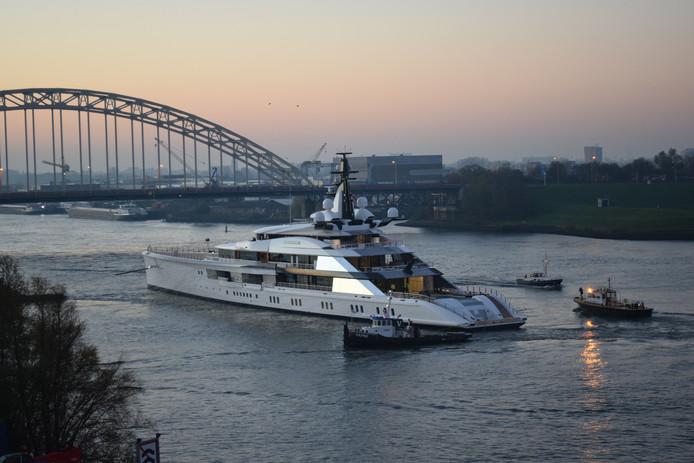 Een jacht is net te water gelaten bij Alblasserdam. Beelden die binnenkort ook bij het water bij Zwijndrecht te zien zal zijn.