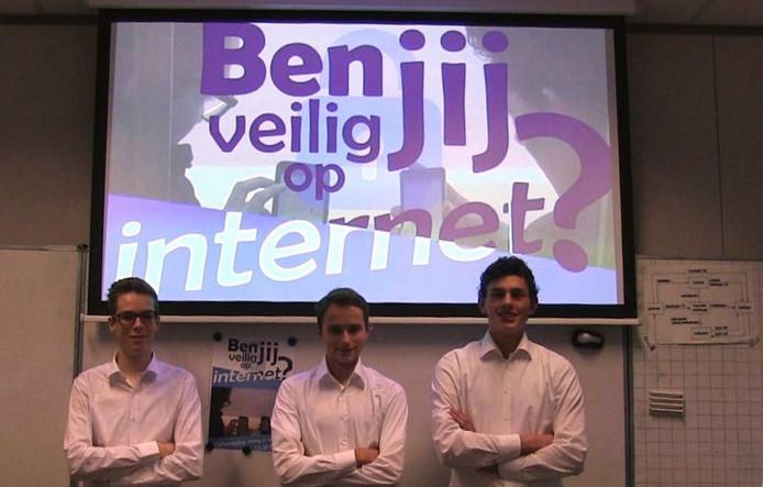 De drie scholieren die de documentaire gemaakt hebben.