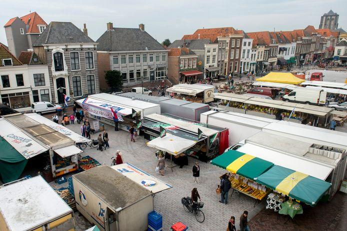 De weekmarkt op het Havenplein in Zierikzee in een oude opstelling.