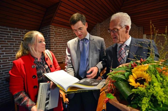 Gert-Jan Westhoff is auteur van het boek Dwangarbeid in Staphorst, waarvan de eerste exemplaren gisteren overhandigd zijn aan gedeputeerde Hester Maij en burgemeester Joop Alssema.foto Frens Jansen