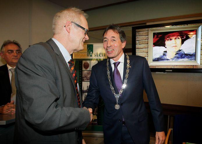 Hubert Vos bij zijn installatie als burgemeester van Asten, in 2012. Links op de foto de toenmalige locoburgemeester Theo Martens.