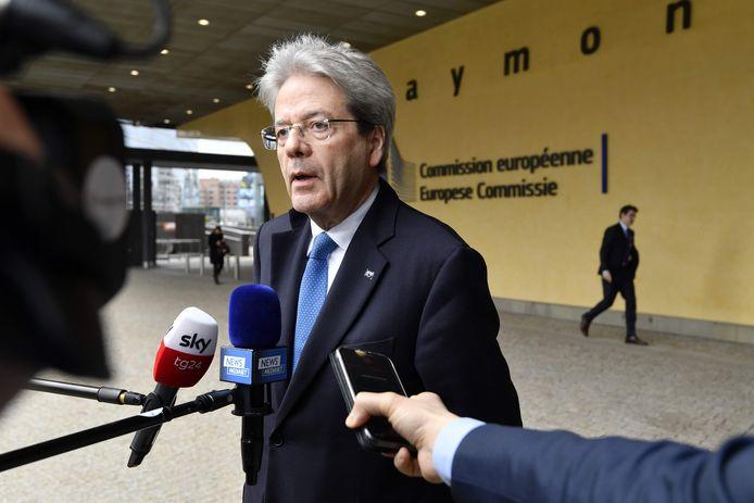 Le commissaire européen à l'Economie, l'Italien Paolo Gentiloni, devant le Berlaymont à Bruxelles, le 13 mars 2020.
