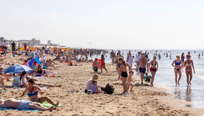 Tijdens Hemelvaartsdag trokken mensen in groten getale naar het strand, ondanks de dreiging van besmetting met het coronavirus.