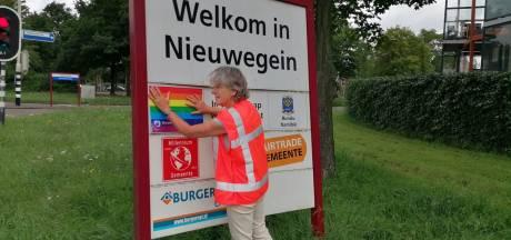Wethouder is helemaal klaar met Poolse homohaat en plakt bordje over vriendschapsband af