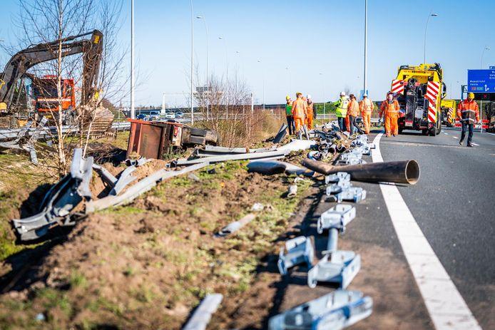 Berging van de gekantelde vrachtwagen langs de A58 bij Eindhoven.