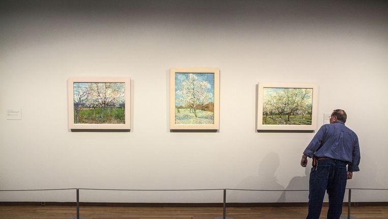 In het Van Gogh Museum houden profilers - al dan niet undercover - de bezoekers dagelijks nauwlettend in de gaten. Beeld Floris Lok
