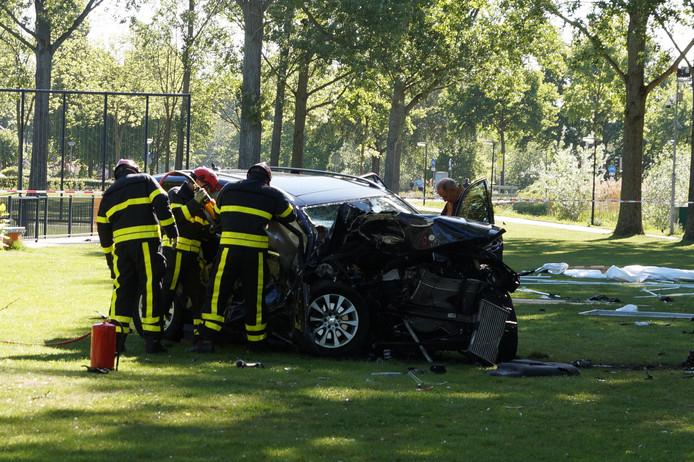 Hulpdiensten knippen één van de inzittenden uit de auto.