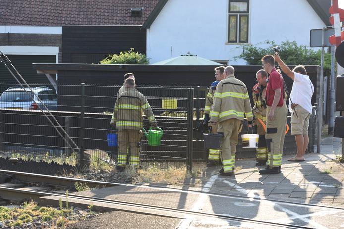 Met emmers en gieters ging de brandweer in Nijkerk een smeulende spoorbiels te lijf.