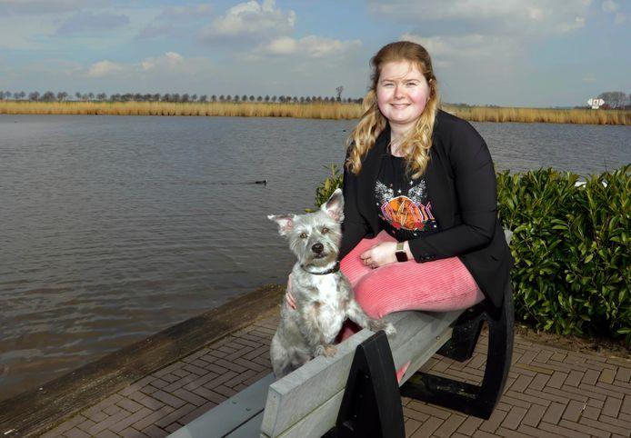 Dit is dé favoriete plek van Janey Neelen: het bankje aan het water bij jachthaven de Schapenput in De Heen. Hond Trix maakt het plaatje compleet.